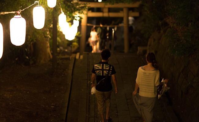 距離を保ちながら歩く二人