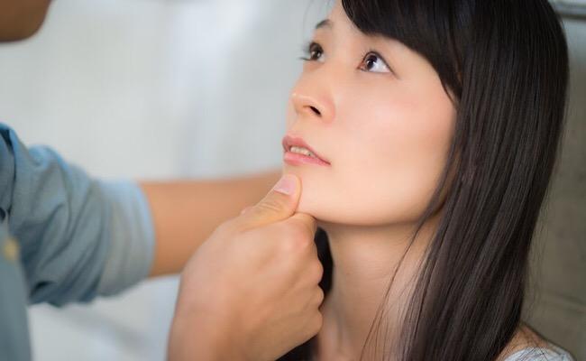 顎クイされる女性