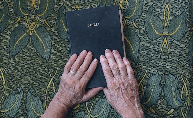 聖書と老いた手