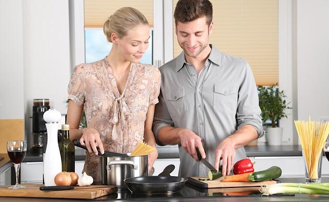 一緒に料理する男女