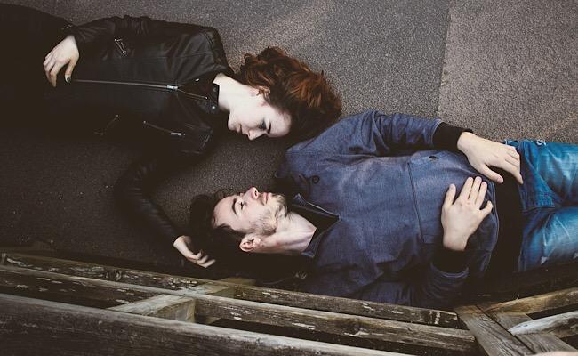 寝そべるカップル