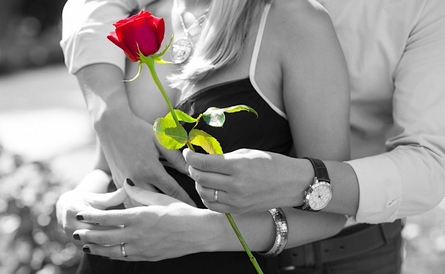 カップルと赤いバラ