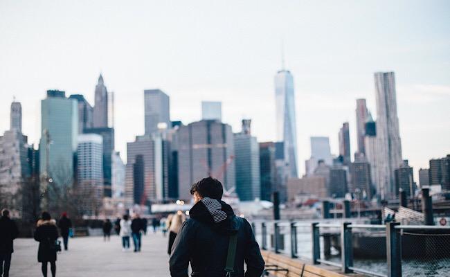 都会に佇む男性