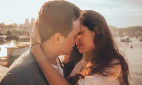 キスのOKサインはどう見極める?失敗しないキスの誘い方とタイミングを解説