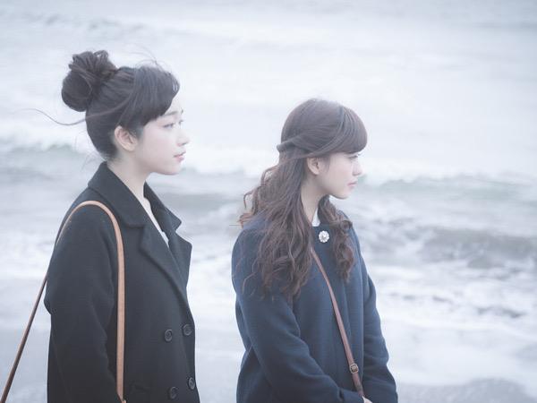 海と二人の女性