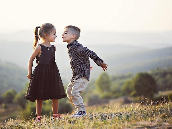 女の子にキスしようとする男の子