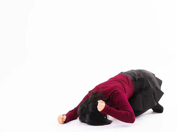 床ドンをする女性