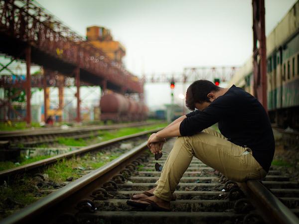 線路で絶望する男性