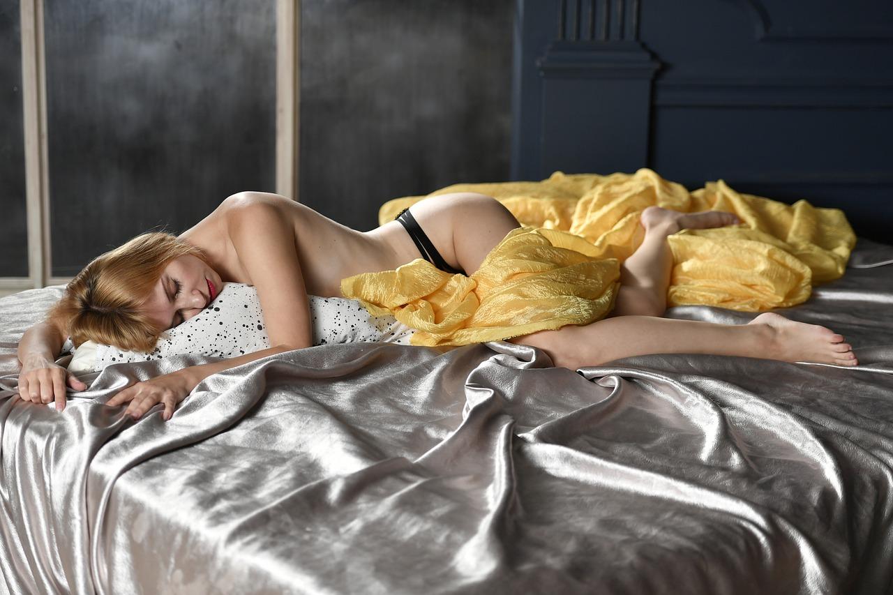 ベッドで項垂れる女性